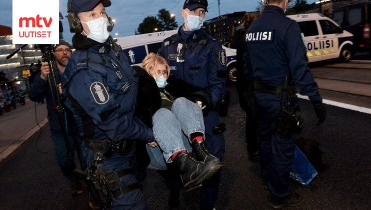SON DAKİKA! Çevreciler Helsinki trafiğini kilitledi