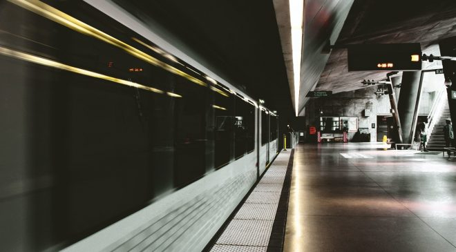 Polis, tren istasyonunda bir kişiyi raylara iten zanlıyı yakaladı